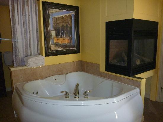 Kellar House Accommodations: Yellow Room Jacuzzi/Fireplace