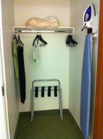 SpringHill Suites Houston Baytown: walking closet