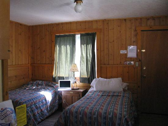Cinnamon Lodge: Twin bed room in headwaters complex.