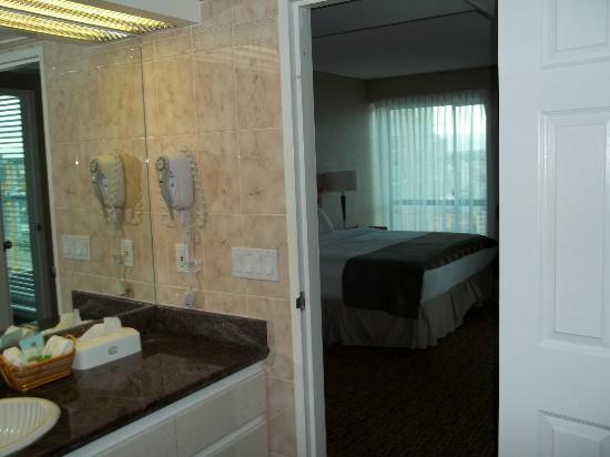 Landis Hotel & Suites: Bathroom