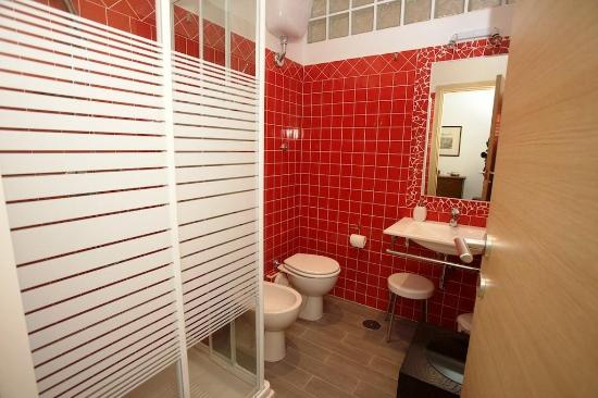 Sara's Rooms: red bathroom