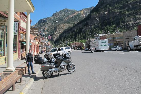 ‪بلاك بير مانور: Ouray Main Street