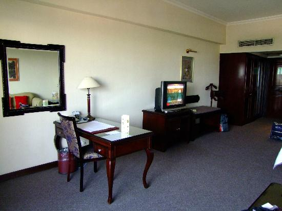 Sunlake Hotel: Desk and TV in the living area - bed opposite TV