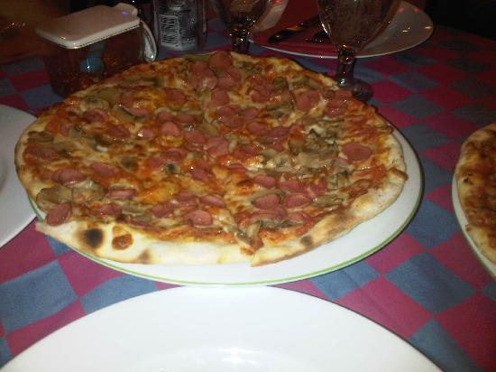 Bella Italia: Pizza with sausage and mushroom