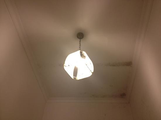B&B Colosseo Suites: Mouldy ceiling with living room style lampshade