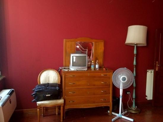 بي آند بي كولوسيو ريزورت: Had to use fan as air con didn't work, old fashioned tv and wonky lamp 