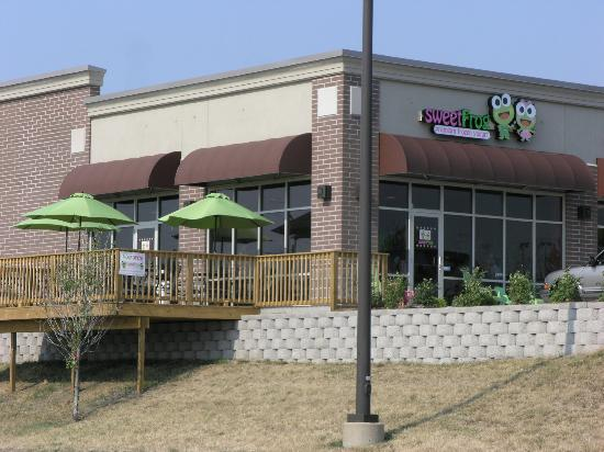 Sweet Frog Premium Frozen Yogurt: Outdoor seating area on deck of the South Bend store