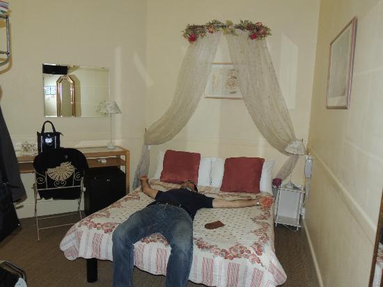 Nice Garden Hotel: il letto carino e la scrivania consistevano negli unici arredi(più uno scaffale di ferro)