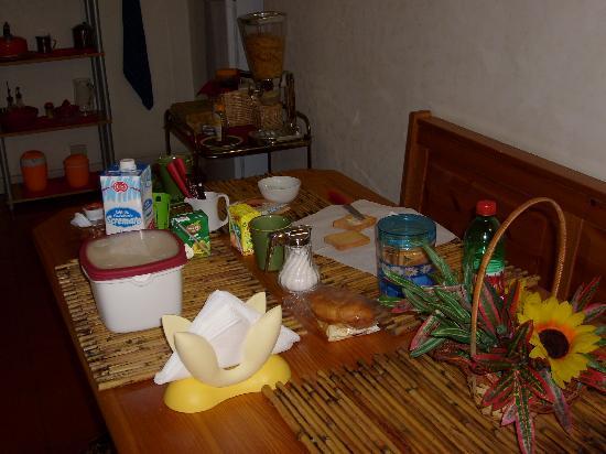 L'incanto di Roma B&B: tavolo colazione