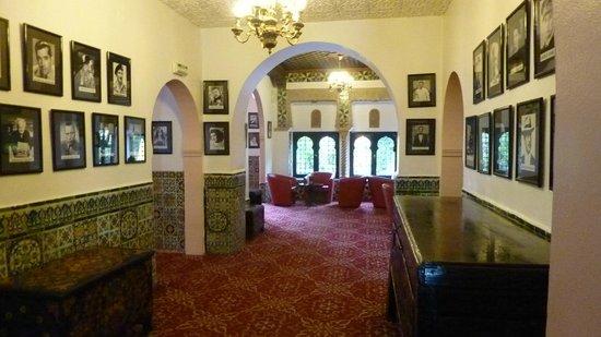 Hotel Saint George El Djazair : View from main lobby towards the rear lobby