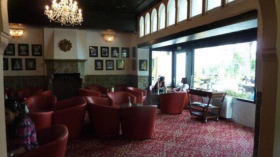 Hotel El-Djazair Ex Saint George: Rear lobby adjacent to gardens