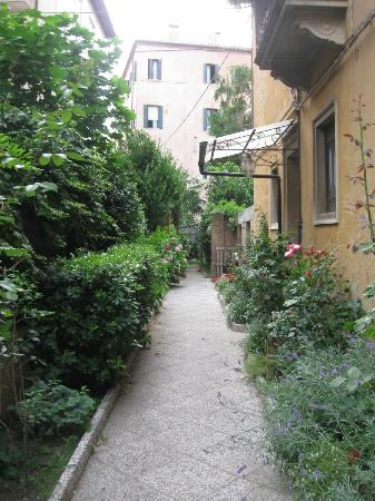 B&B Casa delle Rose: small garden and the entrance to B&B