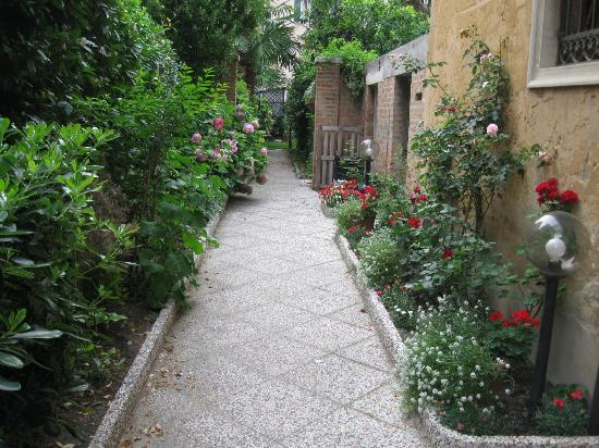 B&B Casa delle Rose: View of small garden and the entrance to the B&B