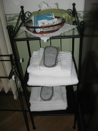 B&B Casa delle Rose: Slippers, towels