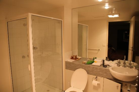 The Old Woolstore Apartment Hotel: Bathroom
