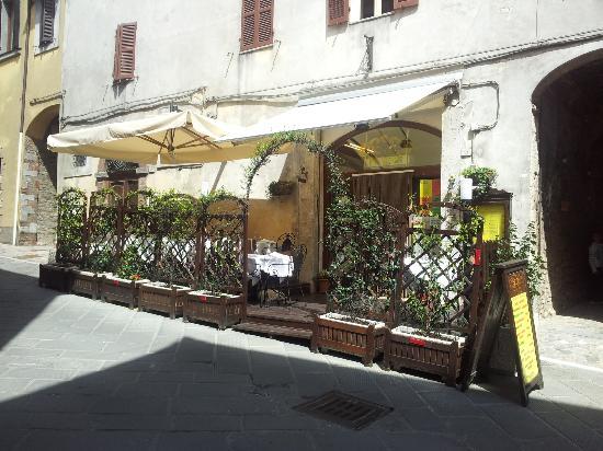Тоди, Италия: esterno della trattoria, via Matteotti