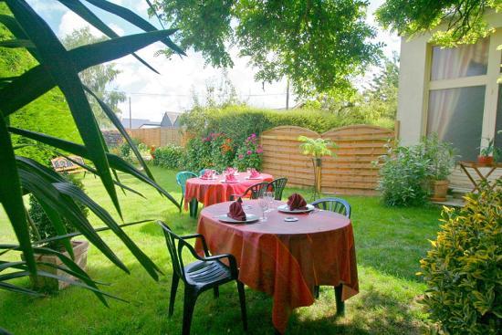 La terrasse dans le jardin picture of auberge de l for Auberge le jardin dantoine