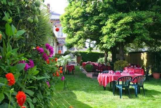 La terrasse dans le jardin photo de auberge de l 39 ombree for Auberge le jardin
