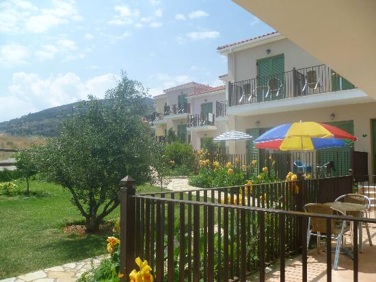 Livadaki Village Hotel: Hotel grounds