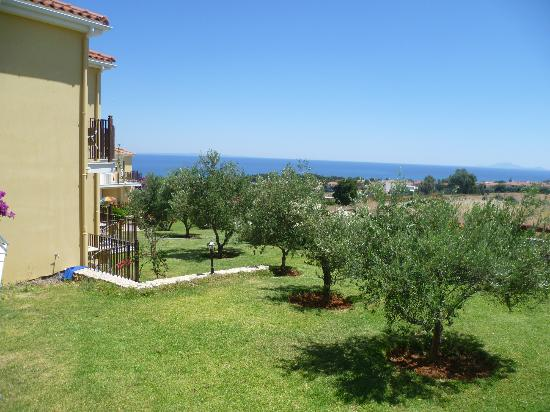 Livadaki Village Hotel: Nice gardens near the rooms
