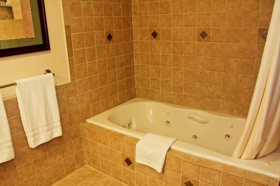 Water's Edge Inn: Jacuzzi Tub for two