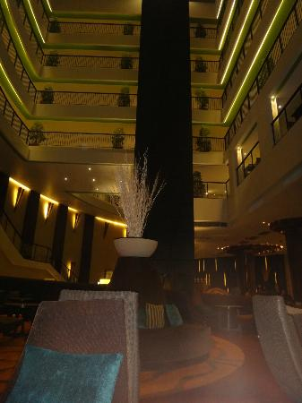 Millennium Resort Patong Phuket : Lobby looking up onto the levels