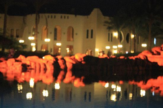 Faraana Reef Resort: pool party night
