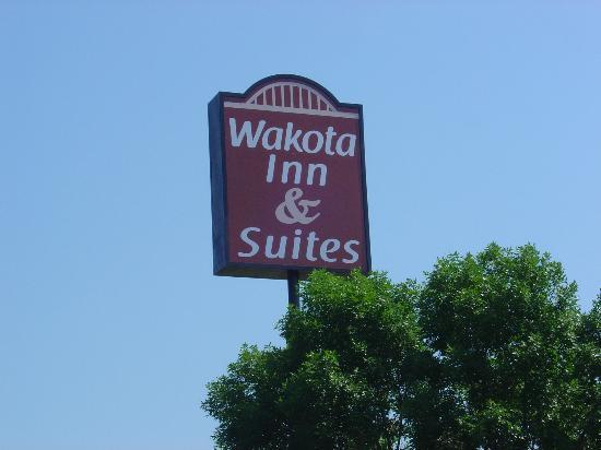 Wakota Inn & Suites: Hotel Main Sign