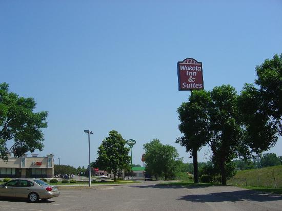 Wakota Inn & Suites: Hotel Sign
