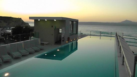 Almyrida Beach Hotel: view of the swimming pool by night