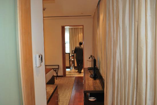 Radisson Blu Marina Connaught Place: to a room