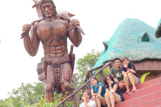Mataas Na Kahoy, Filippinerne: Large Filipino Native statue