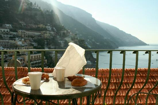 Casa Cosenza: breakfast on the balcony