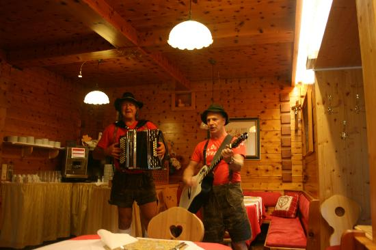 Gartenhotel  Daxer: Evening Meal entertainment