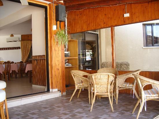 Hadjiantoni Anna Hotel Apartments: Una parte della sala comune relax