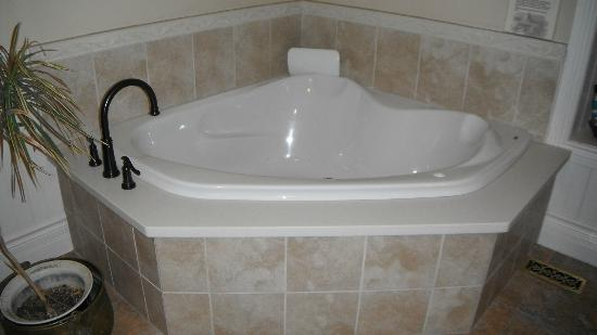 Holly Cottage Bed and Breakfast: Bath tub with air jets (the Kyle room)