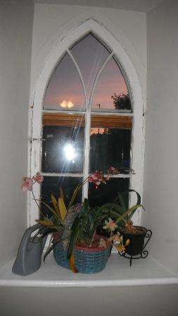 Holly Cottage Bed and Breakfast: Beautiful sunset from second floor window (the Kyle room)
