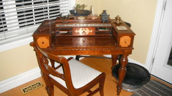 Holly Cottage Bed and Breakfast: Stationary desk in living room