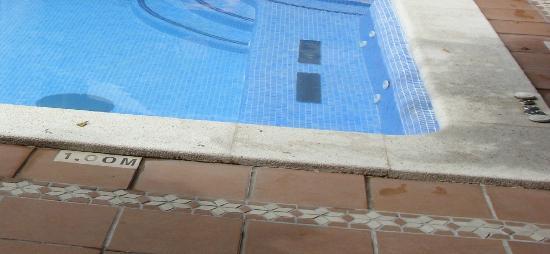 Hotel Galeon: Autre vue de détail de la piscine : les bords et les abords de la piscine ne sont pas propres