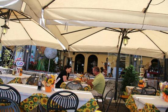 Taverna al Porto : outside seating at Ristorante Al Porto, faces the Lake