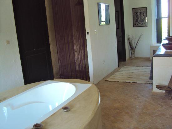 Fawakay Villas: Master bathroom in Villa Sannor