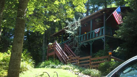 Valle Crucis Bed & Breakfast: outside view- rooms upstairs-hosts live downstairs