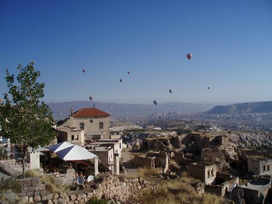 Kilim Pension: Vista de la pension (la de los toldos) desde Uchisar 