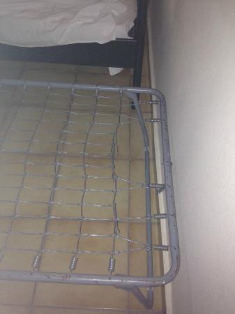Pepi Studios: Somier de muelles roto de cama supletoria