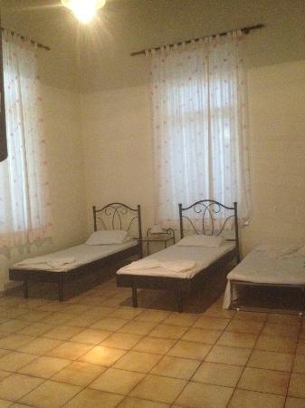 Pepi Studios: Amplia habitación, apenas decorada con muebles viejos