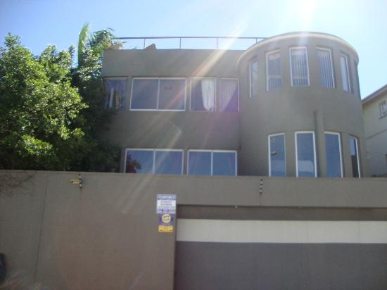 Durban View Guest House: The guesthouse from the road