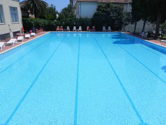 Hotel Raffy: La piscina