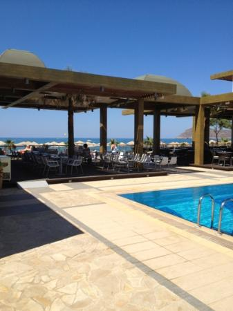 Minoa Palace Resort: the restaurang and pool near the beach