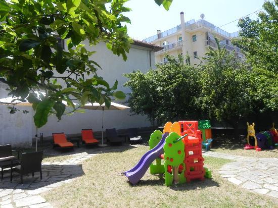 Hotel Raffy: Giardino con giochi per i bimbi