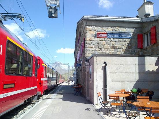 Albergo Ospizio Bernina : train station - Bernina Glacier Express